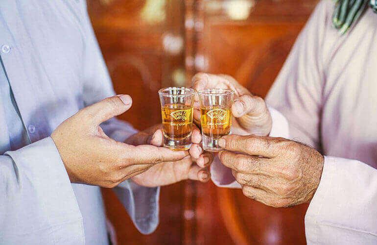 thưởng rượu cùng bạn bè